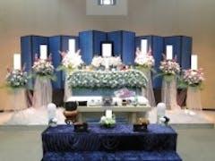 浦和斎場で男性でもお選び頂ける色合いの花祭壇