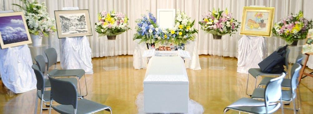 展覧会の家族葬。写真や水彩画がご趣味だった故人様を偲びました。