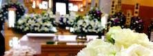既存の白木祭壇や故人様らしいアレンジ花等 ご予算ご希望に沿ったお見送りをご案内しております。