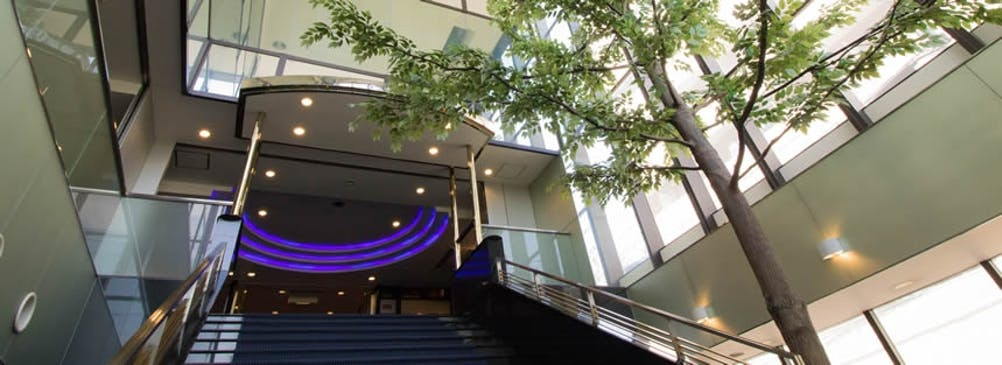 南柏会館エントランス 清潔感のある安らぎ空間