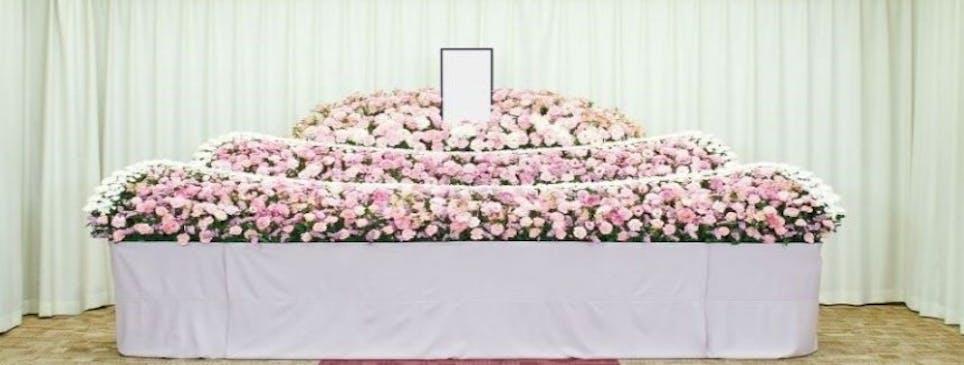 故人様らしさを祭壇で表現。家族葬から大規模葬まで幅広く対応