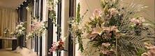 壁掛け祭壇とアレンジメントで華やかに演出