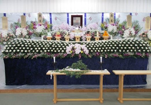 故人さまに合わせた生花祭壇をデザイン