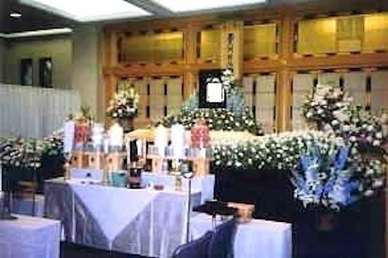 生花祭壇で華やかに