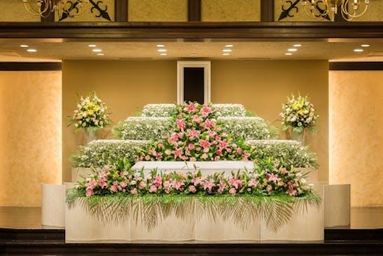 故人様を想う花祭壇をデザイン