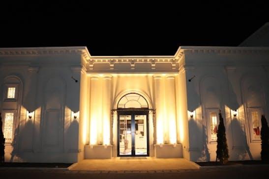 夜は上品な光で包まれる1日1組の貸切ホール
