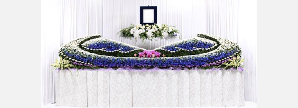 """想いを""""かたち""""にする花祭壇や花飾りをご提案いたします"""