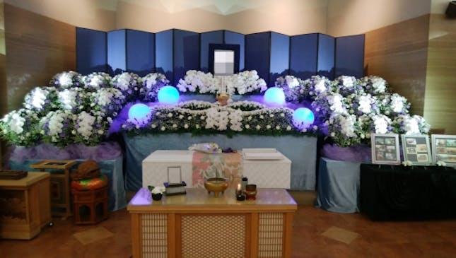 季節のお花やオリジナルのデザインの祭壇
