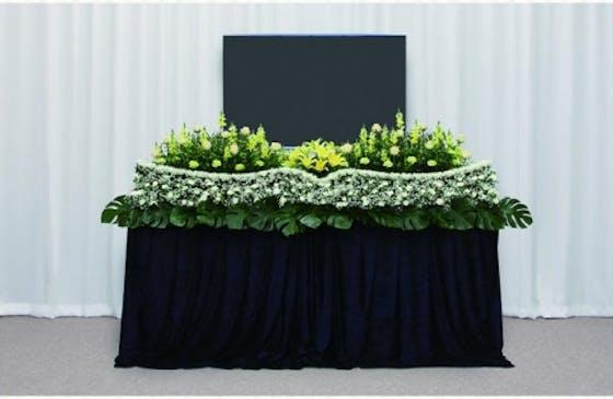 季節のお花に包まれて送る生花祭壇
