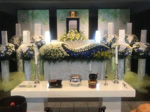 華やかな生花祭壇で送るお葬式