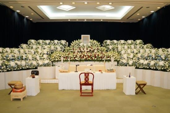 華やかに設える生花祭壇
