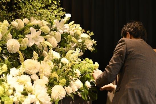 旅立つ方へ、皆様の愛を花にのせてお送りします