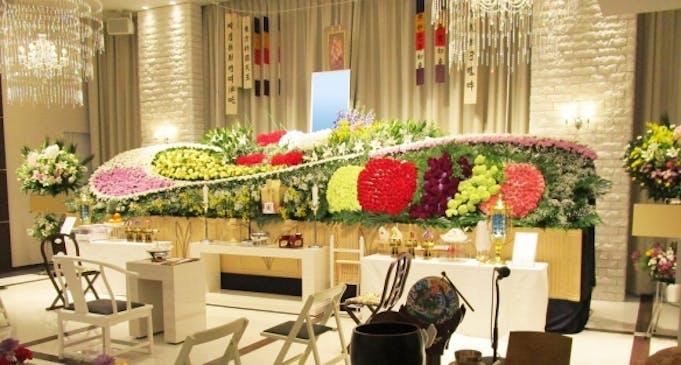 感動花祭壇:果物の生産に生涯を捧げてきた方を花で表しました